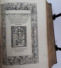 Tomus primus [-tertius] operum Ioannis Chrysostomi Constantinopolitani, Homilias complectens LXXXIX. in Matthaeum. Quarum octo priores Anianus ad Horontium é Graeco uertit: Reliquas Georgius Trapezontius latinitate donauit.