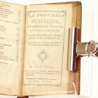 Le Parnasse libertin, ou recueil de poésies libres. RELIÉ À LA SUITE: La nouvelle Messaline, tragédie en un acte. Par Pyron, dit Prépucius. Se vend à Chaud-Conin & à Babine: elle est, dit-on, de Granval. L'on y a joint le Sérail de Dély, & la description du Temple de Vénus (À Ancone, chez Clitoris, Libraire, rue du Sperme, vis-à-vis la Fontaine de la Semance, à la Verge d'Or; 1776).